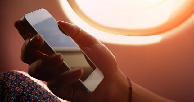 Mengaktifkan Ponsel Di Pesawat, Bahaya Atau Tidak?