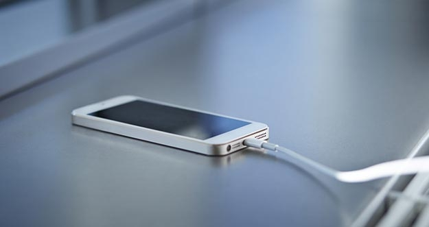 Bahayanya Mengecas Baterai Smartphone Di Laptop