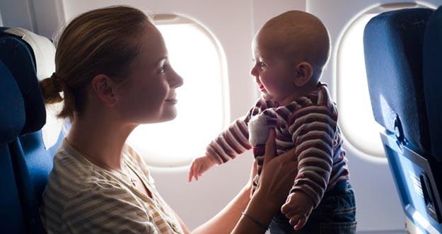 5 Cara Mengatasi Bayi Menangis di Pesawat