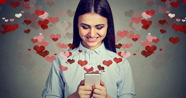 4 Alasan Jatuh Cinta Bisa Bikin Senyum-Senyum Sendiri
