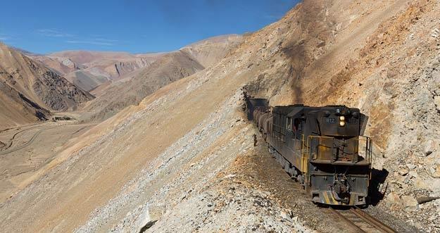 Menaiki Kereta Sambil Menikmati Pemandangan Menakjubkan Pegunungan Andes