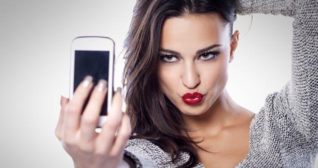 6 Bahaya Jika Terlalu Sering Selfie