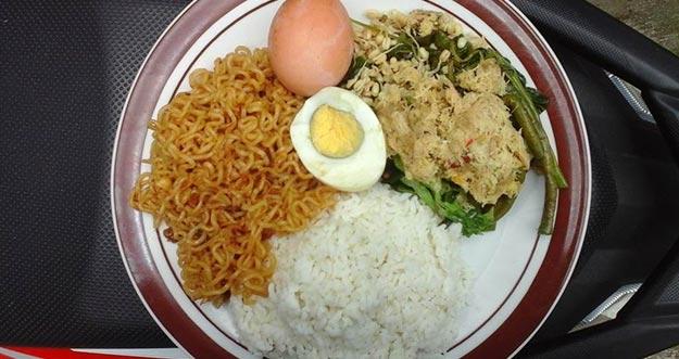 Makan Nasi Dengan Mie Instan itu Berbahaya