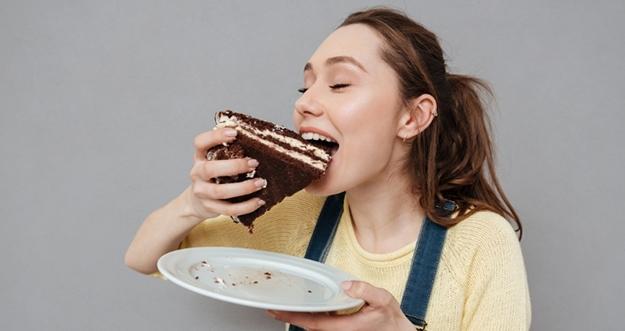 Alasan Sering Kalap Makan pada Malam Hari
