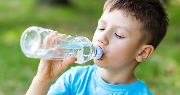 Tips agar Anak Suka Minum Air Mineral