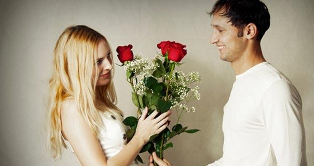 5 Cara Paling Tidak Masuk Akal Yang Dilakukan Pria Untuk Menyatakan Cinta