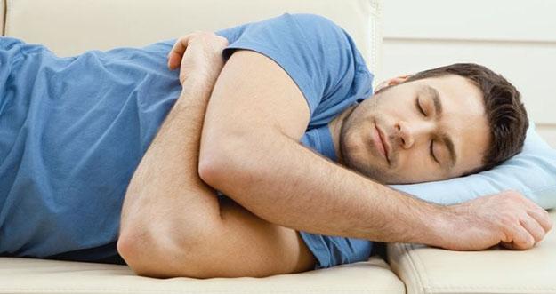 5 Manfaat Tidur Menyamping