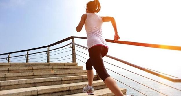 4 Manfaat Olahraga Naik Turun Tangga