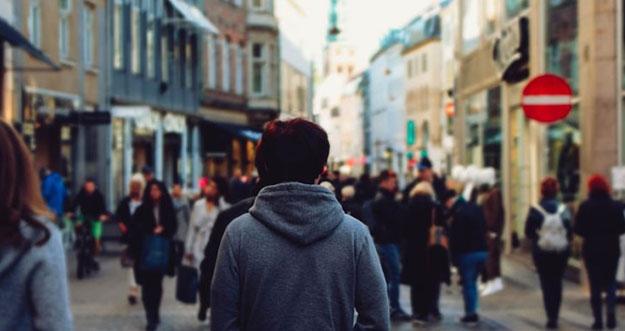 5 Penyebab Merasa Kesepian Di Tengah Keramaian