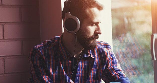 3 Alasan Seseorang Mendengarkan Lagu Galau Saat Bersedih