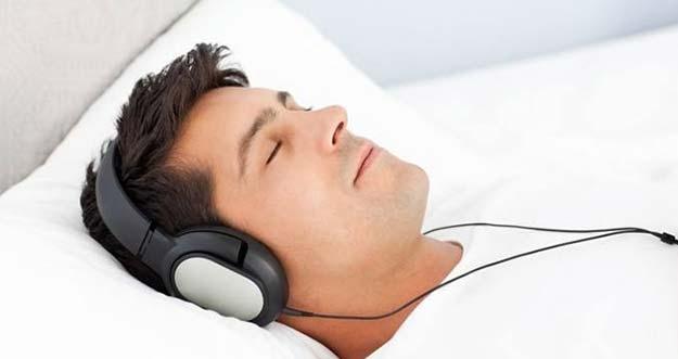Tidur Sambil Menggunakan Earphone? Bagian Telinga Ini Yang Rusak