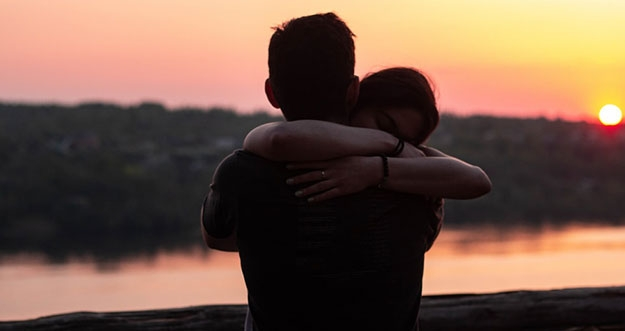 4 Manfaat Berpelukan Dengan Pasangan