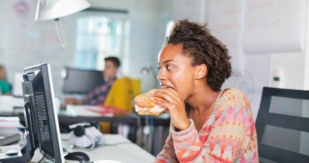 5 Kebiasaan Buruk Di Kantor Yang Bisa Membuat Cepat Sakit
