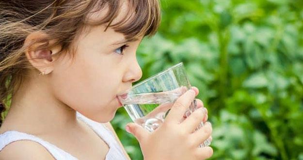5 Kesalahan Saat Minum Air Putih