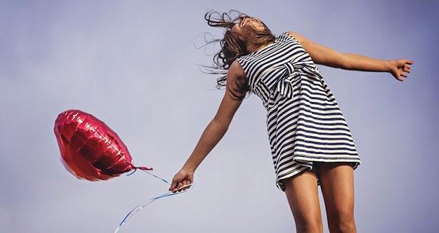 4 Hal Yang Dilakukan Perempuan Saat Jatuh Cinta