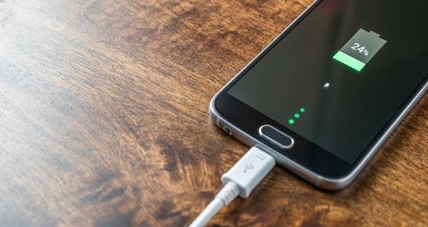 5 Hal Terlarang Dilakukan Ketika Mengisi Baterai Smartphone