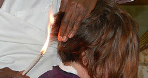 Ngeri, Tukang Cukur Ini Menggunakan Api Untuk Mencukur Rambut