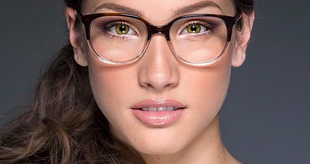 Gaya Makeup Yang Cocok Untuk Perempuan Berkacamata
