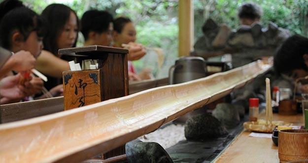 Nagashi Somen, Ramen Mengalir Di Bilah Bambu Di Jepang