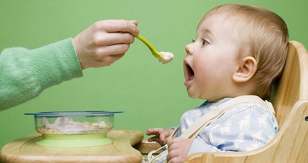 5 Hal Yang Perlu Dilakukan Untuk Menyiapkan Bayi Mengonsumsi Makanan Padat