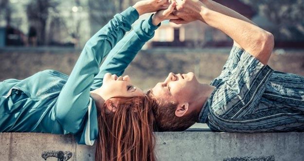 7 Tingkah Unik Yang Dilakukan Wanita Saat Jatuh Cinta