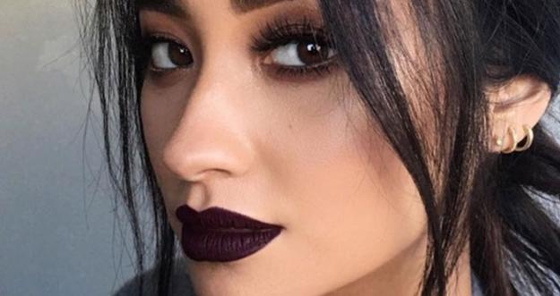 Bagaimana Cara Mengaplikasikan Lipstik Hitam Layaknya Model Profesional