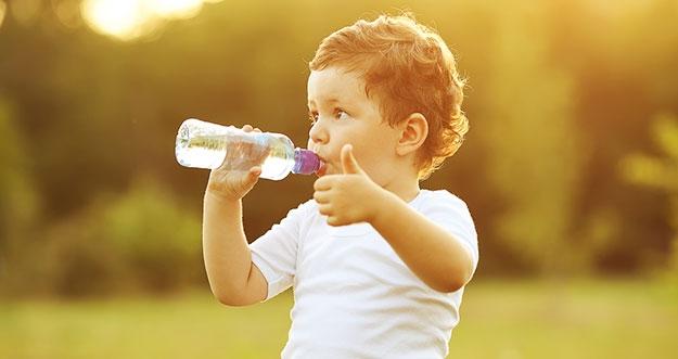 5 Tips Agar Anak Suka Minum Air Putih