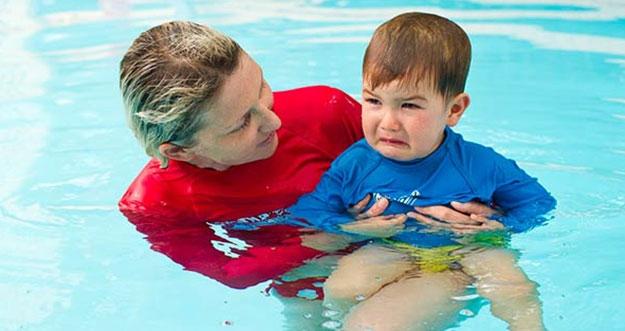 4 Cara Mengatasi Anak Yang Takut Berenang