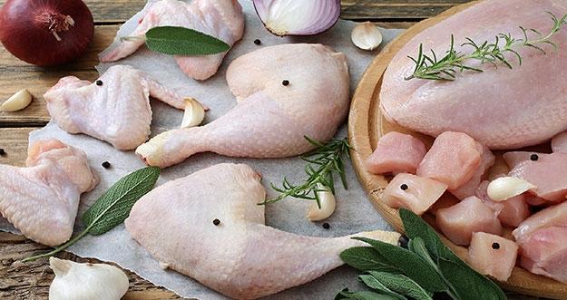 4 Jenis Penyakit Akibat Mengonsumsi Daging Ayam Yang Belum Matang