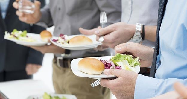 Makan Harusnya Dilakukan Sembari Duduk, Bukannya Berdiri
