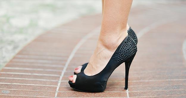 11 Tips Memakai Sepatu High Heels Yang Benar