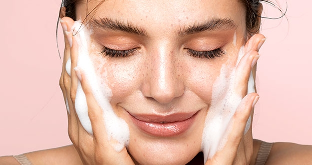 7 Kesalahan Rutinitas Skincare Yang Bisa Memicu Jerawat
