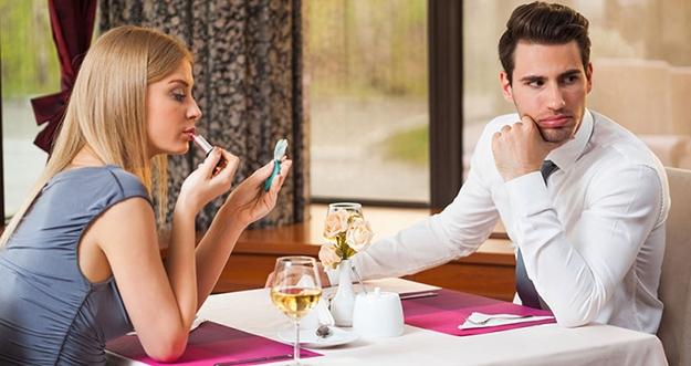 5 Kebiasaan Buruk Saat Kencan Pertama