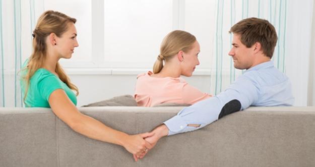 10 Tanda Pasangan Diam-Diam Selingkuh