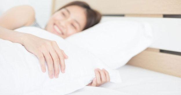 8 Manfaat Tidur Menggunakan Guling