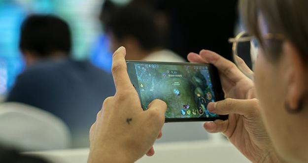 5 Tips Hemat Baterai Smartphone Saat Bermain Game