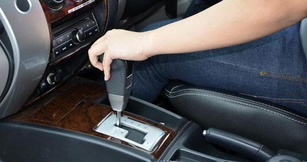 Saat Parkir, Tuas Mobil Transmisi Matik Seharusnya di Posisi P atau N?