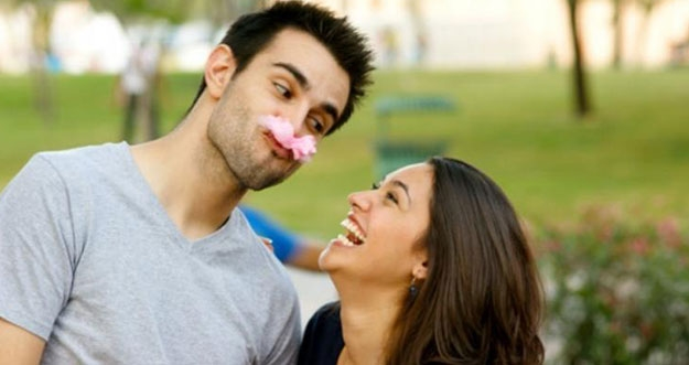 5 Kelebihan Memiliki Pasangan Humoris